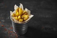 Aardappel in de schilwiggen met kruiden en tomatensaus stock afbeeldingen