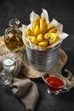 Aardappel in de schilwiggen met kruiden en tomatensaus royalty-vrije stock afbeeldingen