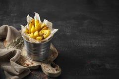 Aardappel in de schilwiggen met kruiden en tomatensaus royalty-vrije stock fotografie