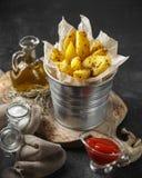 Aardappel in de schilwiggen met kruiden en tomatensaus royalty-vrije stock foto