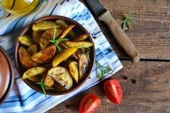 Aardappel in de schilwiggen met rozemarijn en knoflook Royalty-vrije Stock Afbeelding