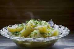 Aardappel met groenten en kruiden wordt gestoofd dat Smakelijke en voedzame lunch stock afbeelding