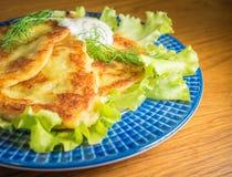 Aardappel pankakes met room frache Stock Foto's