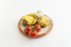 Aardappel, tomaat en ui op plaat royalty-vrije stock foto's