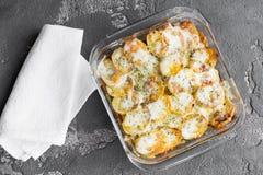 Aardappelbraadpan met groenten en kruiden, kruiden, hoogste mening Royalty-vrije Stock Fotografie