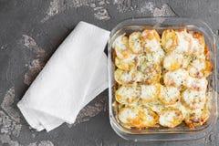 Aardappelbraadpan met groenten en kruiden, kruiden, hoogste mening Stock Afbeelding
