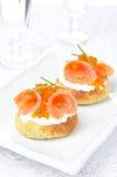 Aardappelbroodje met gezouten verticale zalm, rood kaviaar en bieslook, Royalty-vrije Stock Foto