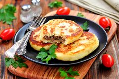 Aardappelcakes met vlees en uien Stock Fotografie