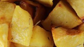 Aardappelen in de schil bio stock footage