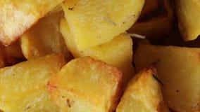 Aardappelen in de schil bio stock videobeelden