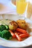 Aardappelen in de schil met de wortel en de boerenkool stock afbeelding