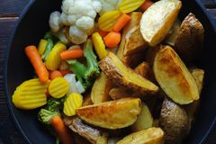 Aardappelen in de schil met groenten in een pan Hoogste mening royalty-vrije stock afbeeldingen