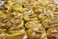 Aardappelen in de schil met knoflook en bacon stock foto's