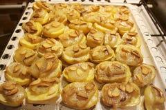 Aardappelen in de schil met knoflook en bacon royalty-vrije stock afbeeldingen