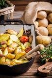 Aardappelen in de schil met  knoflook en rozemarijn Royalty-vrije Stock Foto's