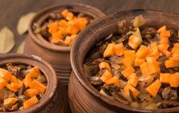Aardappelen in de schil met paddestoelen in pot Royalty-vrije Stock Afbeeldingen