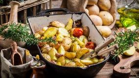 Aardappelen in de schil met rozemarijn en knoflook Stock Foto