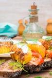Aardappelen in de schil op vleespennen met zure room, tomaat en kruiden Stock Foto's
