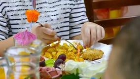Aardappelfrieten en plaatlapje vlees met persoon stock footage