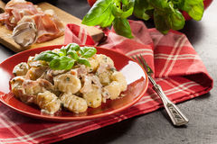 Aardappelgnocchi, Italiaanse aardappelbollen met kaassaus, ham Stock Foto's