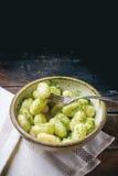 Aardappelgnocchi met pesto Stock Fotografie
