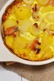Aardappelgratin met vlees Dineridee met rundergehakt en aardappels Stock Fotografie