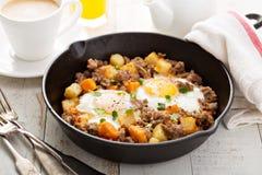 Aardappelknoeiboel met eieren Royalty-vrije Stock Foto's