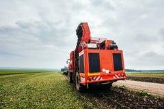 Aardappelmaaimachine en tractor Stock Afbeeldingen