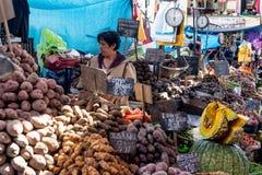 Aardappelmarktkraam in Mercado San Camilo royalty-vrije stock afbeeldingen
