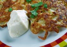 Aardappelpannekoek latkes Stock Afbeeldingen