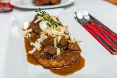 Aardappelpannekoek met de Poolse hutspot van het stijlrundvlees Stock Fotografie