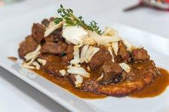 Aardappelpannekoek met de Poolse hutspot van het stijlrundvlees Stock Foto