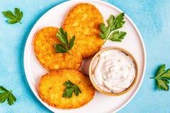 Aardappelpannekoeken, knoeiboel braun stock fotografie