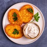 Aardappelpannekoeken, knoeiboel braun stock foto's