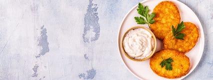 Aardappelpannekoeken, knoeiboel braun stock afbeelding