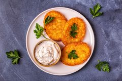 Aardappelpannekoeken, knoeiboel braun stock foto