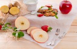 Aardappelpannekoeken met apfel en aardbei stock afbeelding