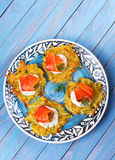 Aardappelpannekoeken met gerookte zalm Plantaardige fritters met vissen Latkes op een plaat stock foto's