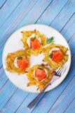 Aardappelpannekoeken met gerookte zalm Plantaardige fritters met vissen Latkes op een plaat royalty-vrije stock fotografie