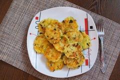 Aardappelpannekoeken met groene uien Draniki - aardappelfritters De naitonalschotel van Wit-Rusland, de Oekraïne en Rusland Aarda stock fotografie