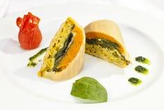 Aardappelrollade met spinazie, wortel en kerrierijst Stock Foto