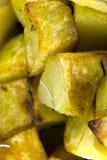Aardappels in de oven worden gekookt die royalty-vrije stock afbeeldingen