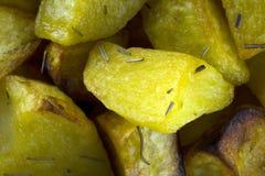 Aardappels in de oven worden gekookt die stock foto's