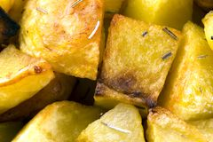 Aardappels in de oven worden gekookt die stock fotografie