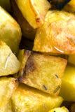 Aardappels in de oven worden gekookt die stock afbeeldingen