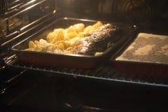 Aardappels die in broodroosteroven bakken Royalty-vrije Stock Afbeeldingen
