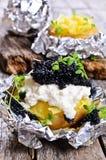 Aardappels die in folie worden gebakken stock fotografie