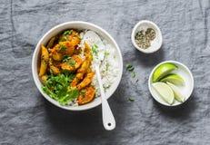 Aardappels en slabonenkerrie met rijst Indische vegetarische gezonde lunch op grijze achtergrond Royalty-vrije Stock Foto's
