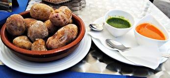 Aardappels en twee sausen Stock Fotografie