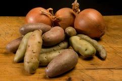 Aardappels en uien royalty-vrije stock afbeelding